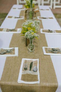 chemin de table beige, fleurs sur la table. set de table, nappe blanche