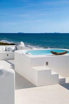 La villa in oggetto è posizionata su una duna di sabbia sul lungomare di Sabaudia che porta al Circeo a pochi metri dal mare, immersa nella macchia mediterranea. E' stata costruita negli anni '60/'70. Quando i miei clienti...