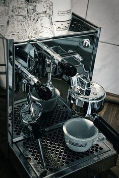 De Bezzera BZ07 PID halfautomatische espressomachine is van hoogglanzend roestvrij staal. Het apparaat heeft een waterreservoir met een inhoud van 3 liter en een totale afmeting van 37,5 x 25 x 42,5 cm (l x b x h). De machine is voorzien van een digitale PID controller die de temperatuur van de warmtewisselaar zeer stabiel houdt.