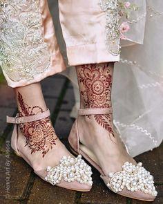 Leg Henna Designs, Khafif Mehndi Design, Modern Henna Designs, Mehndi Designs Feet, Mehndi Designs For Girls, Mehndi Designs For Beginners, Mehndi Design Photos, Wedding Mehndi Designs, Beautiful Mehndi Design