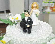 Bolo de casamento-Flores de biscuit  e topo de bolo noivinhos feitos de biscuit