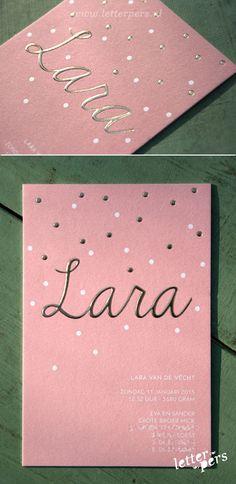 letterpers_letterpress_geboortekaartje_Lara_goudfolie_preeg_relief_bolletjes_roze_meisje