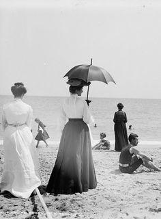 Antique Edwardian photo of woman at the beach with a parasol, Palm Beach, ca Vintage Beach Photos, Photo Vintage, Vintage Pictures, Vintage Photographs, Old Pictures, Vintage Images, Old Photos, Belle Epoque, Edwardian Era