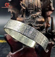 Bracelet jonc bouddhiste argent 999/1000ème (poinçonné Ag999) Sutra du coeur gravé à l'extérieur et à l'intérieur du bracelet Feng Shui Jewellery, Grave, Rings For Men, Jewelry, Heart Sutra, Ear, Silver, Men Rings, Jewlery