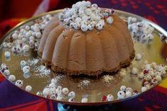 Gluteeniton chilisuklaajäädyke on joulupöydän viileä jälkiruoka. Tumma suklaajäädyke taittuu aavistuksen verran chiliin. Herkkävatsaisimmat voivat kor...