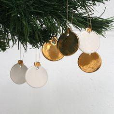 Ce jeu de boules en porcelaine mini est douce et dorée, un petit luxe abordable pour Noël.  Il y a trois entièrement peint avec éclat or et trois avec