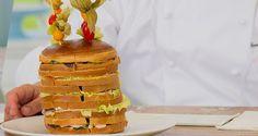 Per la farcitura base 400 g formaggio cremoso spalmabile 8 g sale Pepe nero di Sarawak qb Insalata scarola qb   Per la farcia (strato uno) 100 g spada affumicato 100 g mango fresco   Per la farcia (strato due) 100 g salmone leggermente affumicato 10 g pepe rosa