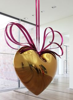 hanging heart (gold/magenta), 1994-2006 high chromium stainless steel with transparent color coating 291 x 280 x 101,5 cm image © designboom