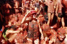 スペイン・ブニョールの街がトマトで真っ赤に染まるエキサイティングな祭り。