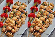 Fırında Tavuk Şiş Nasıl Yapılır Pişirilir Lezzetli tavuk şiş yapmanın en önemli püf noktası, tavuk terbiyesi yaptığınız tavuk şiş sosu.Hem lezzetlendiriyor hem de tavuk etinin yumuşamasını sağlıyor. Özellikle de tavuk göğsünden yapıyorsanız,sosta beklemesi çok önemli. Tavuk göğsü sevmeyenler,kalça etinde yapabilirler.Ben fırında tavuk şiş yaptığımda,sişlere sadece tavuk yerleştiriyorum.Aralarına domates veya biber ilavesi yapmıyorum çünkü tavukRead More