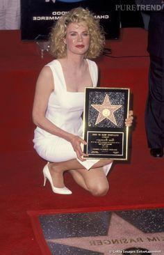 Kim Basinger reçoit son étoile sur le Walk of Fame en 1992.