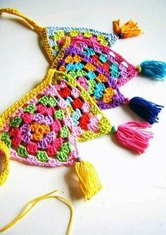 Crochet bunting with tassels Mode Crochet, Crochet Diy, Crochet Home, Crochet Crafts, Yarn Crafts, Crochet Projects, Crochet Triangle, Crochet Squares, Crochet Granny
