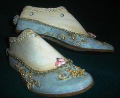 hormas antiguas, decoradas Paper Shoes, Shoe Molding, Old Shoes, Antique Glassware, Decorated Shoes, Shoe Last, Painted Shoes, Vintage Shoes, Refashion