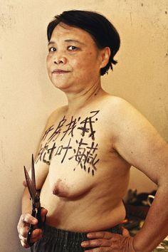 """Ai Xiaoming realisatrice feministe chinoise. """"Prenez une chambre avec moi. Et laissez Ye Haiyan tranquille."""" C'est le message qu'elle a inscrit sur sa poitrine en soutien à une activiste féministe."""