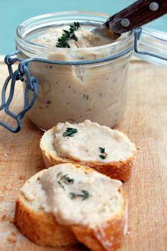 Rillettes de haricots blancs   une boîte de haricots blancs au naturel (250g égouttés) 8 filets d'anchois 1 citron non traité : le zeste et la moitié de son jus du thym frais (1 bonne cuillère à soupe) 3 cuillères à soupe d'huile de noisette sel, poivre du moulin