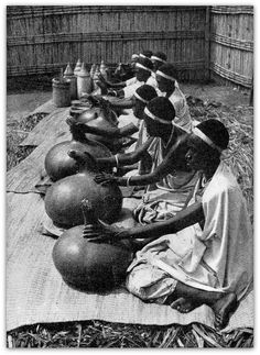 1950. Ruanda : femmes préparant le beurre. ( Collection Arlette Geerinckx, photo Gustave Poncin ). Native American Images, Native American Indians, African Culture, African History, African Royalty, Figure Drawing Reference, African Inspired Fashion, African Tribes, Black History Facts