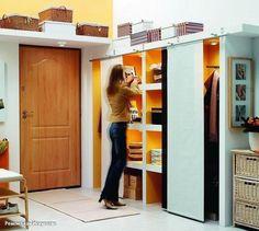 Маленькая прихожая: 5 приемов, которые помогут сэкономить место   Правильная мебель  Используйте шкаф без стенок в небольшой прихожей, вернее, только без задней и, возможно, передней стенок. Этот маневр не только позволит увеличить внутреннее пространство шкафа, но и удешевит этот предмет мебели за счет меньшего количества материалов на его изготовление. А шкаф высотой до потолка получится очень даже вместительным.   Бросая вызов гравитации  Еще одно практичное решение – это подвесные полки…