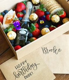 Brooke& friends clearly know where it& at. Vino Y Chocolate, Chocolate Gifts, Cheese Hampers, Food Hampers, Homemade Gifts, Diy Gifts, Graze Box, Picnic Dinner, Mum Birthday Gift