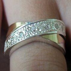 Anel em prata 950 com zirconias e dois apliques de ouro. Medidas da parte de cima: 18x9 mm. Peso medio: 4,6