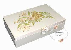 MEDIDAS:30X19'5X9CM P.V.P 21€ Caja vintage muy romántica, ideal para una boda o aniversario de boda.  Caja de madera de pino pintada con acrílico blanco marfil. Flores pintadas a mano alzada con acrílicos.Cinta de raso en tono marfil.