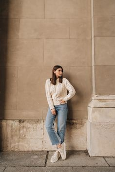 Cool & bequem: Lässiger ayen-Alltagslook 🤍 Blue Jeans, Sneaker und der Fibi Strickpullover mit Zopfmuster - ein Look, der wirklich immer geht und das ganze Jahr über tragbar ist :) #stylinginspiration #cableknit #ayenpullover #ayenlabel #alltagslook Blue Jeans, Outfits, Fashion Trends, Jackets, Breien, Cotton, Suits, Kleding, Jeans