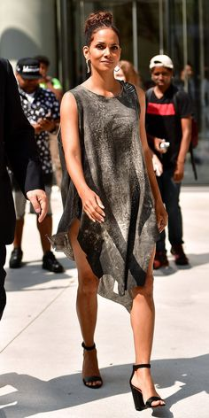 "Halle Berry's stylist talks style inspiration for Berry's ""Kidnap"" promotional tour looks. See how to get the stunning looks here. Halle Berry Style, Halle Berry Hot, Hally Berry, Divas, Celebrity Style, Celebrity News, Fashion Models, Black Women, Look"