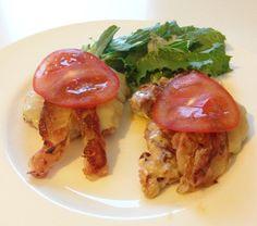 Salsiccia-Burger mit Cheddar-Käse, Speck und Tomaten. Dazu ein kleiner Salat.