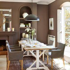 Color_Comedor con mueble de obra y paredes gris oscuro