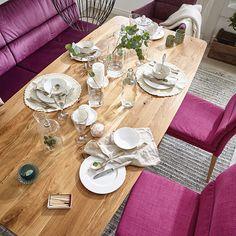 Der Esstisch ist einer der Hotspots unseres Lebens. Hier feiern wir Augenblicke, die in Erinnerung bleiben und Momente, die uns bewegen.  Es braucht nicht viel, um einzigartig zu sein.  Weißes Geschirr, eine knallige Farbe und massives Holz - fertig ist er, der perfekte Esstisch! Phoenix Homes, Table Settings, Nature, Design, Natural Living, Dinner Table, Timber Wood, Nice Asses, Unique