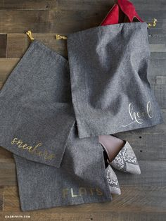 Keep your suitcase neat and tidy with this DIY shoe bag in cotton linen. Pattern and tutorial by handcrafted lifestyle expert Lia Griffith