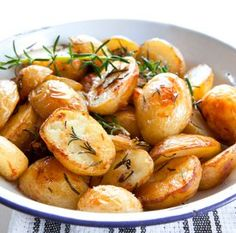 Effortless Garlic Roasted Potatoes - These are the best roasted potatoes, so easy to make. #recipe #potato