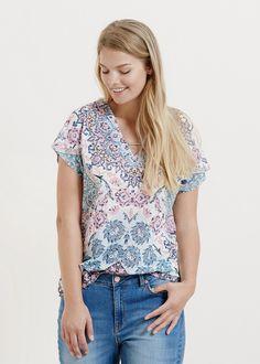 Leinen-T-Shirt mit Paisley-Muster. V-Ausschnitt mit Metallapplikation und kurzen Ärmeln. ZUSAMMENSETZUNG: 100% LEINEN....
