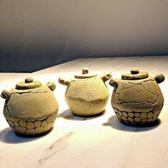 Güzel üçlü oldular…💁 #handmadeart #clay #ceramic #ceramica #claytexture #handbuilding #clayart #ceramicart #deco #artlover #instaart #picofday #seramik #camur #seramiksanati #elyapımı #dekorasyon #ceramicstudio #atolye #camurlueller #kusadasi...