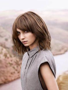 Noch eine Version von Marble Hair sehen wir hier. Doch bei diesem Haarschnitt gefällt uns neben der aufregenden Farbstruktur vor allem der Schnitt - Ponyfrisuren bleiben also auch 2016 ein Thema, das macht uns froh!