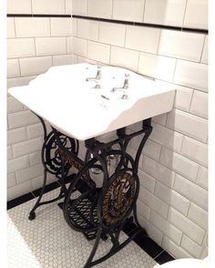 Reuso de máquina de costura antiga também no banheiro. Pinterest:  http://ift.tt/1Yn40ab http://ift.tt/1oztIs0 |Imagem não autoral|