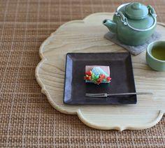 today, I made japanese confectionery NERIKIRI which express autumn Mt Fuji😊😊😊 ▫️▫️▫️▫️▫️▫️▫️▫️▫️▫️▫️▫️▫️▫️▫️ しばらくミニミニサイズばかり作っていて、 久々に普通サイズの練り切りを作ったら、 ビックマックのように大きく感じました🤣 . 四季それぞれの富士山、 先日錦玉で秋の富士山を作ったので 今日は練り切りで作りました。 . 中身は小豆漉し餡✨ . 意匠がどれも好き過ぎる 目指せ「菊家さんの上生菓子」で 😆🌸🌸🌸…