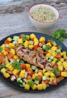 Kyllingfilêt marinert og deretter glasert med soyasaus og honning, med mangosalat som tilbehør.