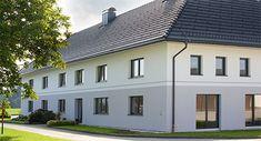 Moderne Fassade mit großen Fenstern und Türen am Vierkanthof Haus aussen