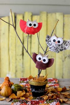 interessante Herbst Tischdeko mit Papier Eulen und Zweige im Topf interesting autumn table decoration with paper owls and branches in the pot Autumn Crafts, Fall Crafts For Kids, Thanksgiving Crafts, Holiday Crafts, Art For Kids, Kids Fun, Christmas Projects, Owl Crafts, Diy And Crafts