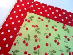 Jogo americano cerejas Tree Skirts, Christmas Tree, Holiday Decor, Home Decor, Maraschino Cherries, Placemat, Scrappy Quilts, Ideas, House Decorations