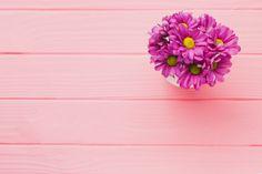 Fundo de madeira-de-rosa com flores roxas Foto gratuita