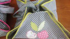 Porta travessa redondo ,em tecido de sarja xadrez,viés verde nas bordas. <br>tecido 100% algodão. <br>Patchcolagem cerejas.
