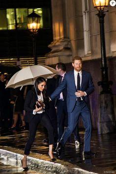Le prince Harry et sa fiancée Meghan Markle arrivent à pied sous la pluie à la soirée Endeavour Fund Awards au Goldsmith Hall à Londres le 1er février 2018.