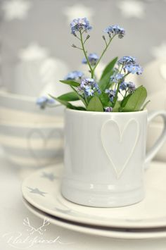 ♥ Forget Me Not Cottage ♥ Little Flowers, Blue Flowers, Blue Springs, Forget Me Not, Gras, Flower Arrangements, Beautiful Flowers, Tea Pots, Blue And White