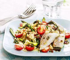 Många drar sig för att laga fisk men det här är ett gott exempel på att det varken behöver vara komplicerat eller ta lång tid att göra. Gott blir det också! Torsken bakas i ugnen och serveras sedan på en bädd av tomat, kokt grön sparris och risoni och på toppen ringlas vinägrett med finstrimlad basilika. Caprese Salad, Meat, Chicken, Food, Essen, Meals, Yemek, Insalata Caprese, Eten