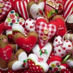 Heart and gingerbread men Christmas decorations felt ornaments DIY Pinterest Christmas Crafts, Christmas Projects, Felt Crafts, Holiday Crafts, Christmas Ideas, Christmas Makes, Noel Christmas, Homemade Christmas, Christmas Hearts