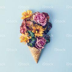 Flores frescas en barquilla de helado vida  – fotografía de stock libre de derechos