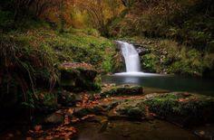 Qué ocurre cuando una xana se pierde en el bosque? Que bañándose en el río Infierno lo convierte en Cielo   Xana = Hada (Asturias). El río Infierno pasa por Asturias. Te aconsejo una visita a su ruta senderista te encantará caminar entre agua y hayas. Lo cierto es que Asturias es una tierra muy especial la descubrí gracias a una amiga de Taramundi. Su gente fantástica su comida maravillosa sus paisajes de cuento y encima siempre tienes cerca el mar   Adiós otoño hola invierno   Fot.: Alberto…
