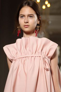 Valentino Fall 2017 Couture Fashion Show Details. I love this look her make up is beautiful Fashion Week, Fashion 2017, Couture Fashion, Runway Fashion, High Fashion, Fashion Show, Fashion Outfits, Fashion Tips, Fashion Trends