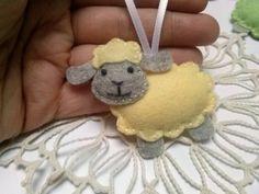 Pasen versieringen - wol van de schapen lam voelde ornament / pastel kleur groen geel blauw wit roze grijs schapen / keuze van kleur - 1 ornament  Aanbieding is voor 1 ornament  Handmade van wol blend vilt en katoen wol.  Dit item is gemaakt op bestelling  Grootte/afmetingen/gewicht Grootte van schapen is ongeveer 5,5 x 5,5 cm.  Materialen gebruikt wol mix vilt